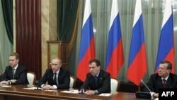 Президент РФ Д. Медведев (второй справа) и премьер-министр РФ В. Путин (третий справа). Москва. Россия. 29 декабря 2010 года
