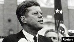 1963년 11월 22일 저격범의 총에 맞아 사망한 존 F. 케네디 미국 대통령이 같은 날 텍사스 주 포트워스에서 연설하는 모습.