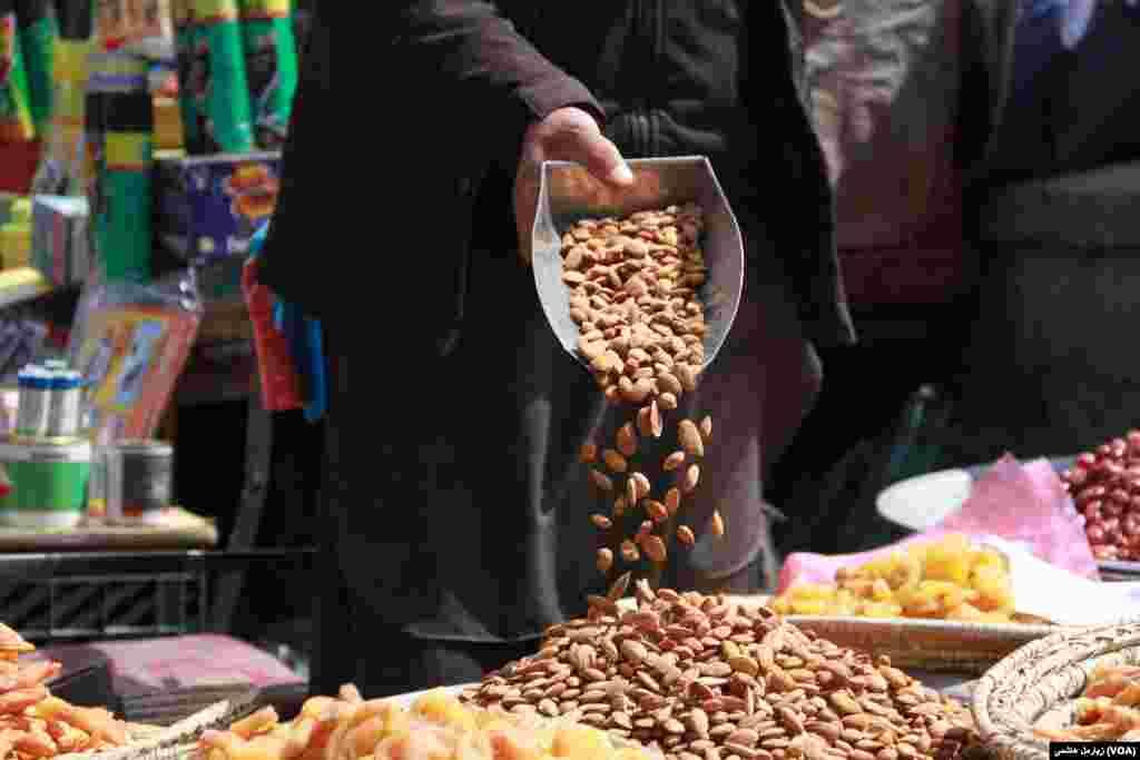 """تهیه """"هفت میوه"""" در روز نوروز یکی از سنتهای رایج در افغانستان است."""