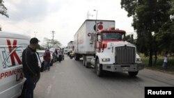 Truk-truk pengangkut bantuan kemanusiaan untuk Venezuela tiba di dekat Tienditas, jembatan perbatasan antara Kolombia dan Venezuela, Cucuta, Kolombia, 7 Februari 2019.