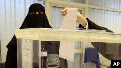 Phụ nữ Ả Rập bỏ phiếu tại một trung tâm bỏ phiếu trong cuộc bầu cử thành phố, tại Riyadh, Ả Rập Xê Út, ngày 12/12/2015.