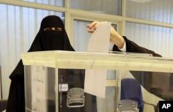ບັນດາແມ່ຍິງຊາວຊາອຸດີ ອາຣາເບຍ ປ່ອນບັດອອກສຽງ ຢູ່ທີ່ສູນໜ່ວຍເລືອກຕັ້ງ ໃນລະຫວ່າງ ການເລືອກຕັ້ງ ເອົາສະມາຊິກ ສະພາເທດສະບານ, ໃນນະຄອນ Riyadh, ປະເທດຊາອຸດີ ອາຣາເບຍ, ວັນທີ 12 ທັນວາ 2015.