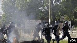 Kerusuhan sehari menjelang putaran kedua Pilpres Liberia menewaskan sedikitnya satu orang saat terjadi bentrokan antara polisi dan pendukung partai oposisi di Monrovia, Liberia (7/11).