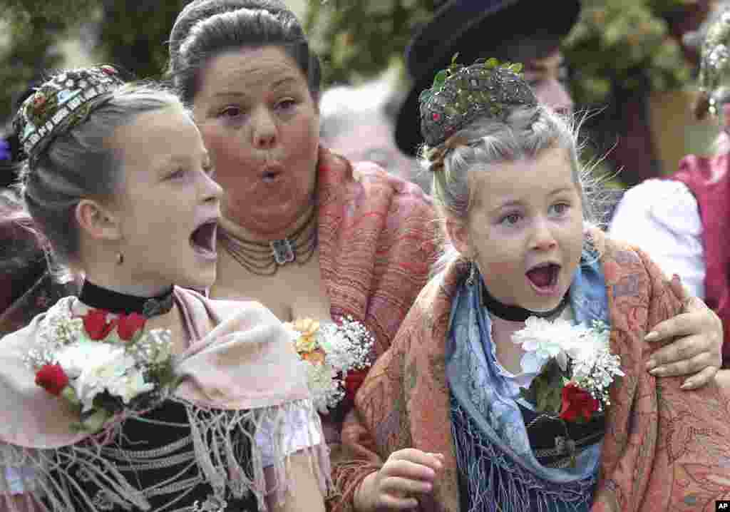 Children scream during the Oktoberfest parade, at the 186th 'Oktoberfest' beer festival in Munich, Germany.
