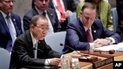 반기문 유엔 사무총장(왼쪽)이 21일 뉴욕 유엔본부에서 열린 안보리 회의에서 발언하고 있다.