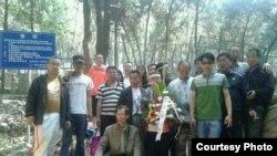 部分悼念者5月2日在林昭墓围栏前合影