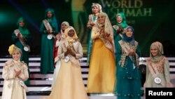 Para peserta ajang ratu kecantikan Muslimah Dunia ke-3 di Jakarta, 2013. (Reuters/Beawiharta)