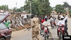 Seorang tentara Nigeria melakukan pemeriksaan terhadap kendaraan di kota Kaduna (21/4).