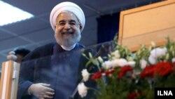 حسن روحانی در یکی از تجمعهای انتخاباتی