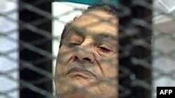 Cựu Tổng thống Ai Cập Hosni Mubarak trong phòng xử án tại Học viện Cảnh sát ở Cairo, ngày 3/8/2011