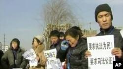 毒奶粉受害儿童的家长街头抗议