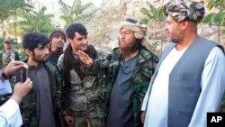 Strani borac grupe Islamska država, drugi s desna, razgovara sa novinarima nakon što se predao bezbjednosnim vladinim snagama u Darzabu, distriktu u provinciji Džavzajan, sjeverno od Kabula, 1. avgusta 2018.
