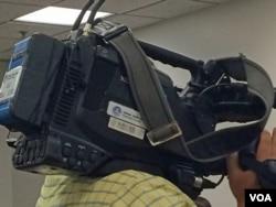 """在六四纪念活动现场""""采访""""的新华社记者。(美国之音安华拍摄)"""