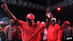 全国人民大会党候选人萨穆拉·卡马拉3月5日参加竞选集会,向支持者挥手致意