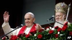 Đức Giáo Hoàng Phanxicô (trái) và Thượng phụ Bartholomew của Chính thống giáo ban phép lành cho giáo dân tụ họp trong sân Nhà thờ St. George ở Istanbul, 30/11/14