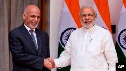 PM India Narendra Modi (kanan) ketika menerima Presiden Afghanistan Mohammad Ashraf Ghani di New Delhi tahun lalu (foto: dok). India mendanai proyek renovasi kantor presiden Afghanistan di Kabul yang berbiaya hampir $ 6 juta dolar..