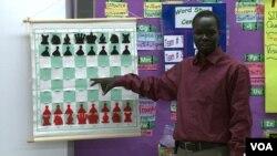 馬朱爾.朱瓦奇,他從非洲難民躍升為美國的國際象棋大師錦標賽冠軍。(視頻截圖)
