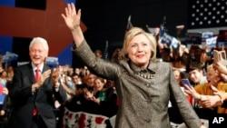 Kandidat Capres Hillary Clinton dan suaminya, mantan Presiden Bill Clinton hadir dalam kampanye Hillary Clinton di Philadelphia (foto: dok).