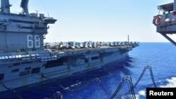 USS Nimitz nhận thêm nhiên liệu tại Biển Đông, 7 tháng Bảy, 2020.