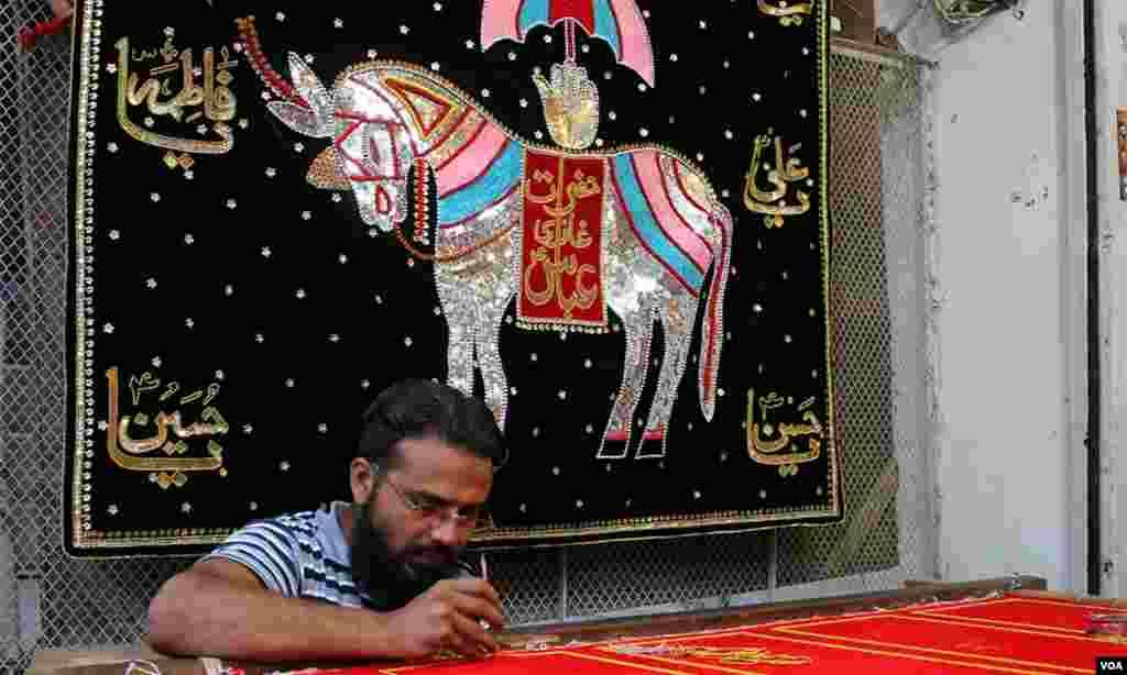 مقدس ناموں سے سجی ایک چادر جس پر ذوالجناح کی تصویر بھی نمایاں ہے