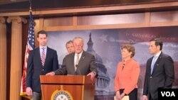 参议院少数党领袖舒默2019年4月4日召开记者会,推出《芬太尼制裁法》。(美国之音记者李逸华拍摄)
