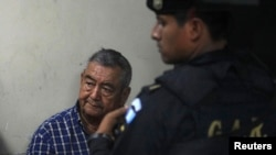 Waldemar Lorenzana Lima (kiri) setelah ditangkap di Guatemala City, 2011.