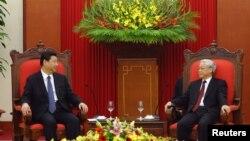 지난 2011년 베트남 하노이에서 시진핑 중국 국가주석(왼쪽)과 응웬 푸 쫑 공산당 서기장이 회동했다. (자료사진)