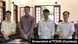 Bốn bị cáo tại phiên tòa ở Đồng Nai. (Ảnh chụp màn hình TTXVN)