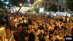香港學聯發起七一遊行後預演佔中(美國之音海彥拍攝)
