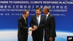 바락 오바마 미국 대통령(오른쪽)과 시진핑 중국 국가주석(가운데)이 파리협정 비준서 전달에 앞서 반기문 유엔사무총장과 만나 악수하고 있다.