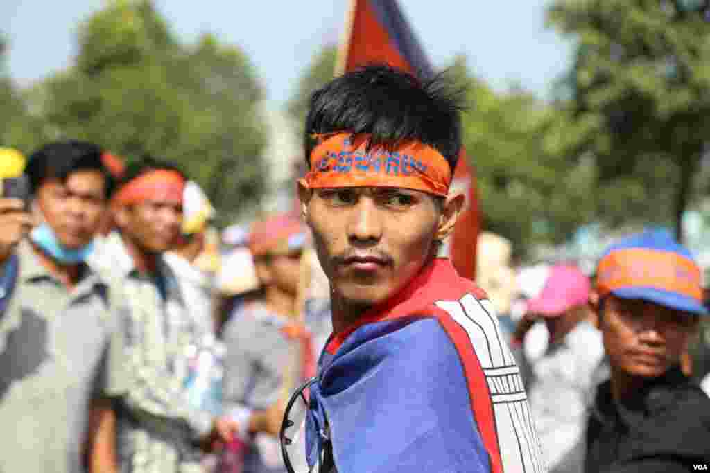An opposition supporter wraps himself in a Cambodian national flag when taking part in a protest, Phnom Penh, Oct 24, 2013. (Heng Reaksmey for VOA Khmer)