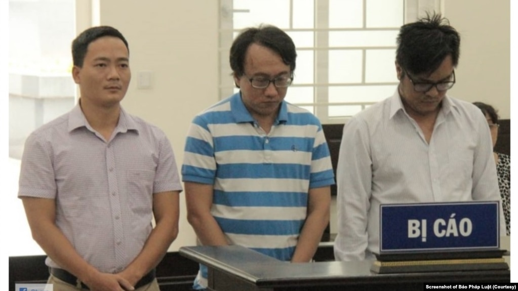 Các bị cáo, từ trái sang - Trần Xuân Hưởng, Lê Thành Tiến Sĩ và Mai Quang Thanh, tại phiên xét xử ở tòa án Nhân dân Hà Nội hôm 23/9. (Ảnh chụp màn hình Báo Pháp Luật)