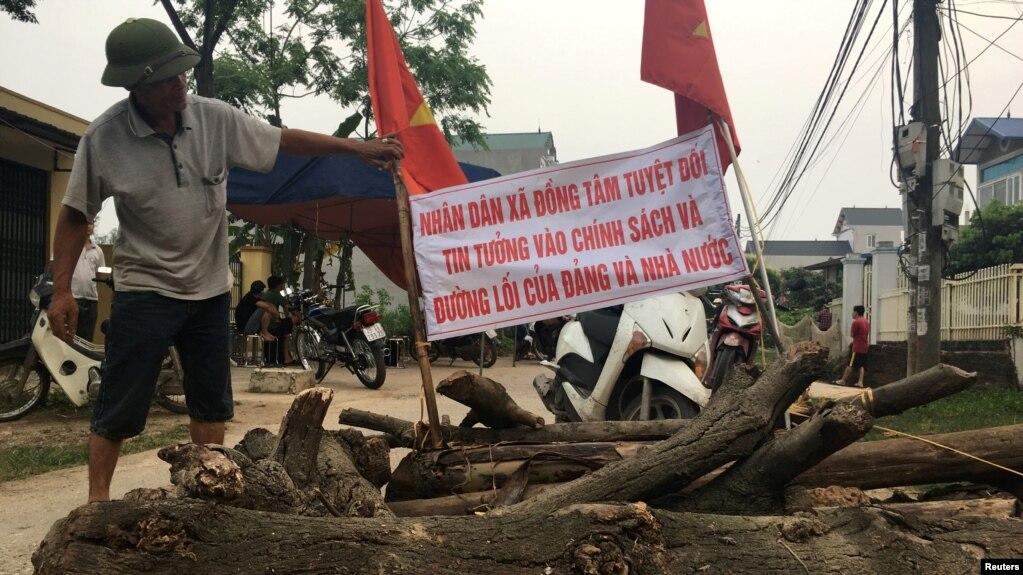 """Người dân xã Đồng Tâm """"rào làng"""" chống cưỡng chế đất hồi giữa tháng 4/2017"""
