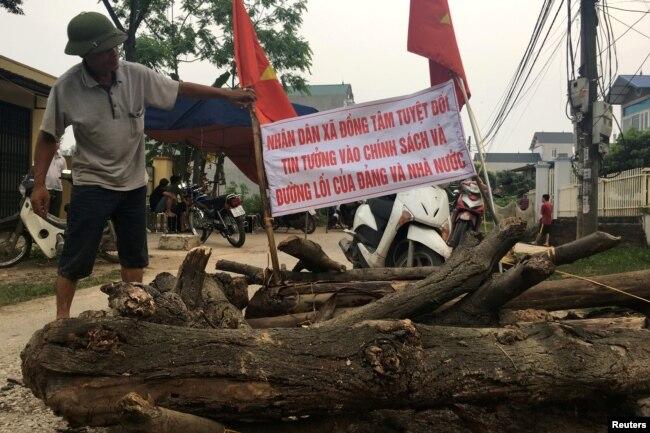 Người dân Đồng Tâm biểu tình đòi quyền lợi về đất đai.