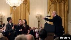 美国CNN驻白宫首席记者阿科斯塔在记者会上向美国总统特朗普提问时的景象。(2018年11月7日)