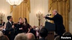 Джим Акоста во время выступления Дональда Трампа в Белом доме