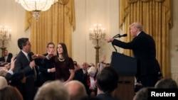 Президент США Дональд Трамп (справа) и корреспондент CNN Джим Акоста (слева). Белый дом. 7 ноября 2018 г.