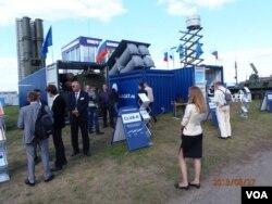 俄罗斯最近几年开发的可隐藏在集装箱中的新式导弹系统,曾在去年的莫斯科国际航展上展出。(美国之音白桦 拍摄)