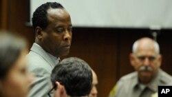 Dr. Conrad Murray akiwa mahakamani katika kesi ya kifo cha mfalme wa Pop Michael Jackson.