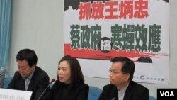 台灣在野黨國民黨立法院黨團召開記者會批評蔡政府搞寒蟬效應。(美國之音張永泰拍攝)