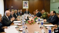FILE - Pakistan's National Security Advisor Sartaj Aziz, far left, holds talks with Afghan Foreign Minister Salahuddin Rabbani, far right, at the Foreign Ministry in Islamabad, Pakistan, Aug. 13, 2015.