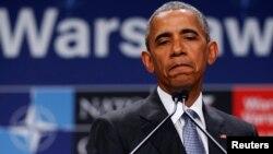 Presiden Obama berbicara pada konferensi pers di sela KTT NATO di Warsawa, Polandia, Sabtu (9/7).