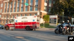 Ambulans membawa jurnalis AS yang terjangkit ebola, Ashoka Mukpo ke sebuah rumah sakit di Omaha, Nebraska (6/10).