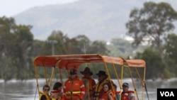 Los rescatistas ayudan en la evacuación de los pobladores de Rockhampton.