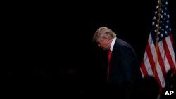 Kandidat presiden AS dari Partai Republik, Donald Trump, meninggalkan podium setelah berpidato tentang ekonomi di Detroit, Michigan (8/8). (AP/Evan Vucci)