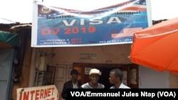 Des nombreux étudiants affluent à ce cybercafé en mode marketing pour la loterie américaine, situé en face entrée principale de l'université de Yaoundé, Cameroun, 5 octobre 2017. (VOA/Emmanuel Jules Ntap)