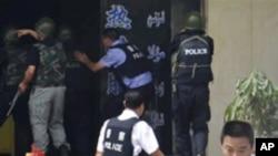 위구르족 시위대를 진압하는 중국 공안