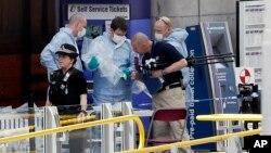 전날 폭탄 테러가 발생한 영국 맨체스터 시의 공연장에서 23일 수사관들이 현장을 수색하고 있다.