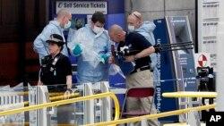 Para petugas forensik melakukan investigasi di Manchester Arena, Manchester, pasca ledakan yang menewaskan 22 orang, Selasa (23/5).
