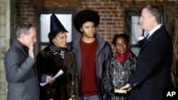 德布拉西奥(右)在家人陪伴下宣誓就任纽约市长。